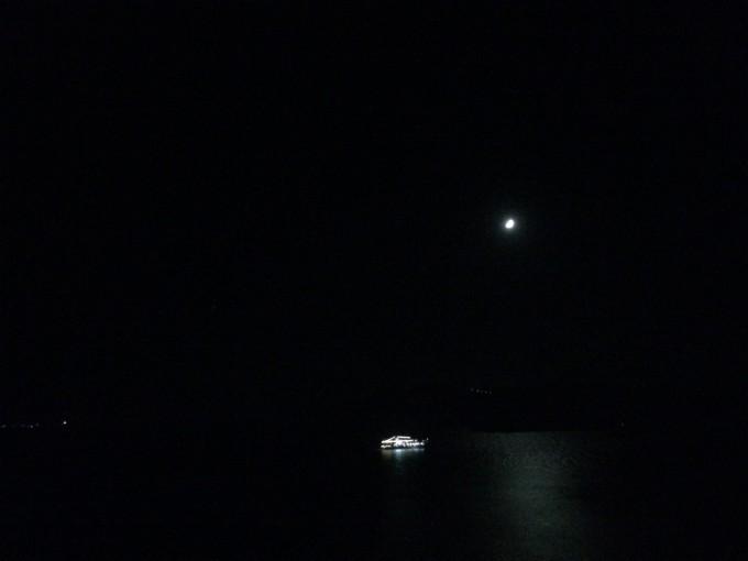 就坐在阳台的躺椅上看月亮
