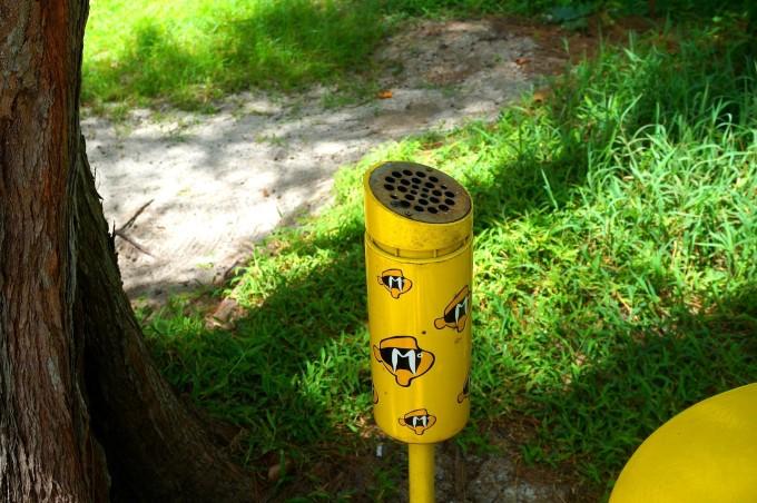 细细的管子上面,有一个粗粗的蜂窝状的铁管,避免吸完的烟头丢入垃圾桶