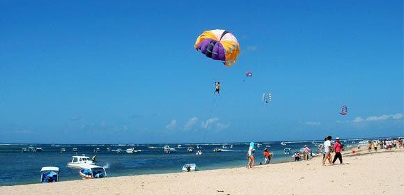 抵达【南湾水上活动中心】,迎向海阔天蓝及洁白柔细的海滩,倘徉在南洋风情之中。客人可自愿自費参加潜水、水上摩托车、香蕉船、拖曳伞等水上活动。温馨提示:海上运动项目存在一定的危险性,根据自己的身体情况选择合适的海上运动项目,年龄大的老人最好不要参加海上项目。海边游泳时请注意安全,避免水母、海胆等海洋生物的蛰伤。随后我们安排您乘搭【玻璃底船】前往海中央,工作人员提供面包让您在这里喂食小鱼,您可悠哉地喂食海中成群的各色热带鱼并观赏船底下瑰丽多彩的珊瑚礁群。不知不觉中我们已经到达了南湾对岸的【海龟岛】,沿途海风徐徐