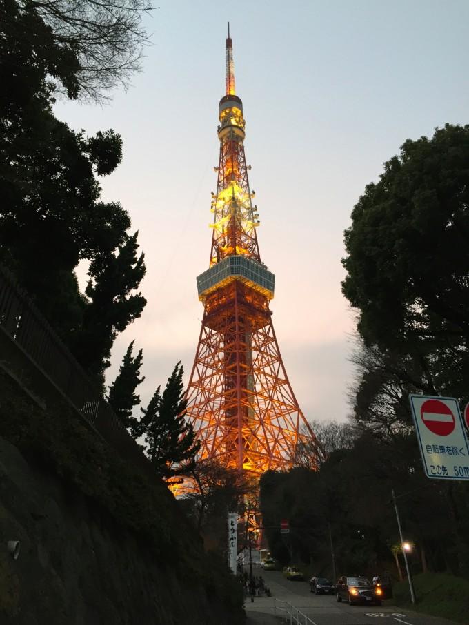 然后出来看夜色下的东京塔