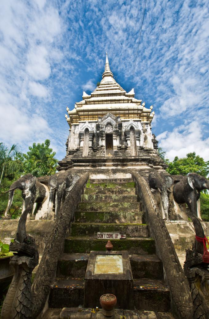 如今,大佛塔的四个方向已摆上新的佛像,但柱廊和护塔的灵蛇均没有原来