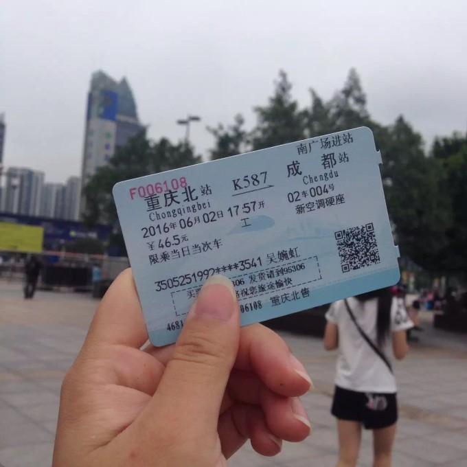 飞机场到重庆北站,轻轨差不多半小时,票价3-5元,我忘记了.