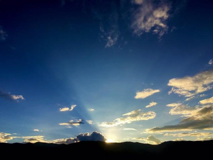 下车后沿着木栅路前行,抬头看看四周,你会发现原来自己被多座神山包围着,每一座都呈现自己独有的风情。 亚丁意为向阳之地,又名念青贡嘎日松贡布,即圣地之意,在世界佛教二十四圣地中排位第十一位。公元八世纪,佛教莲花生大师为此山开光,以佛教中三菩萨为三座雪峰命名加持:北峰仙乃日意为观音菩萨,南峰央迈勇意为文殊菩萨,东峰夏诺多吉意为金刚手菩萨,三座雪山佛名三怙主雪山。从此贡嘎日松贡布蜚声藏区。三座神山是守护亚丁藏民的守护神山,据说若藏民能够朝拜三次神山,便能实现今生之所愿。登山沿途所见景色