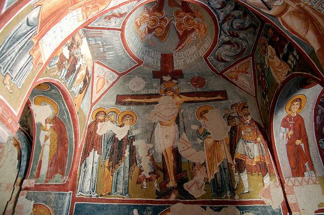 而左侧拱壁上描绘的耶稣钉十字架,也深深令人感动,耶稣位于二盗之间