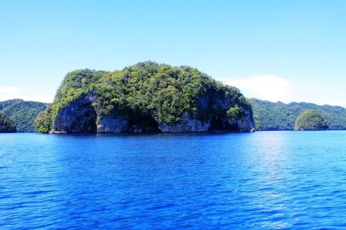地理:帕劳在太平洋上,位于菲律宾和关岛之间,地处赤道附近,由一个