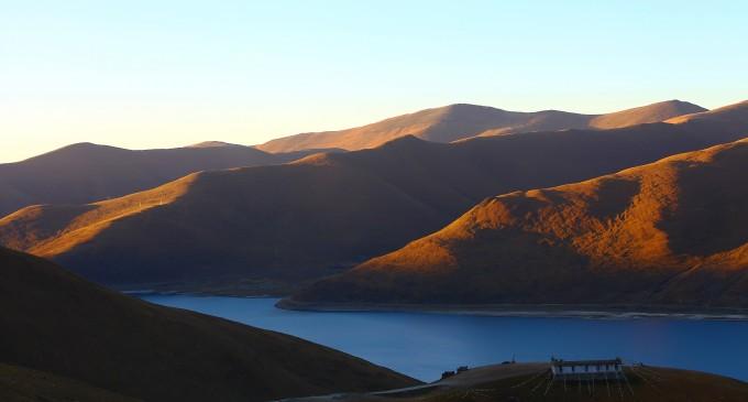 羊湖是集高原湖泊,雪山,岛屿,牧场,温泉,野生动植物,寺庙,湖泊,雪峰与