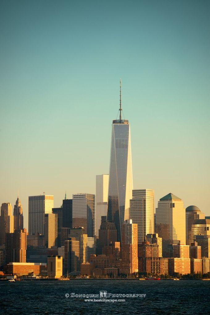 """位置:350 5th Ave, New York, NY 10118 GPS:404453.80""""N 73598.73""""W 排队时长:1-2个小时左右 推荐指数:4.5星 接下来提到的观景台其实是以前计划给飞艇下客下货的地方。102层的泊位塔可以额外花钱上去。但其实是鸡肋,狭小的空间,隔着布满污渍的玻璃,还不如下面的观景台。 帝国大厦的观景台拥有摄影师最期待的若干优点。 露天:你可以用长焦对远处的建筑逐个拍大头照而不用担心细节变坏。也不用担心广角时玻璃的反光。 360度无阻挡"""