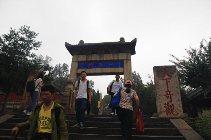 线路一:登山的经典路线,从岱庙出发,红门进山,一路经过各种牌坊到达中天门,开始正式登山;途径云步桥、十八盘、升仙坊到达南天门。从岱庙到中天门一路特别长,景点不是特别多,但是这毕竟是一条最著名的登山路线,建议第一次爬泰山的同学从这条路上去,全程登山3到5个小时。 路线二:大多数来泰山的游客都是奔着十八盘来的,那有人会问我想爬十八盘,但是我体力没有那么好,不能爬上红门这一段全程怎么办,大家可以坐公交车到天外村,那里有大巴直接开车走环山公路,直接上到中天门。可以省下5分之3左右的路程,有一个多小时就爬到顶了。