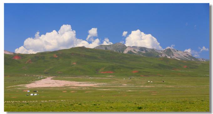 我们沿着新修的一条专门通向岗什卡雪山的盘山路前行,一路两旁风景
