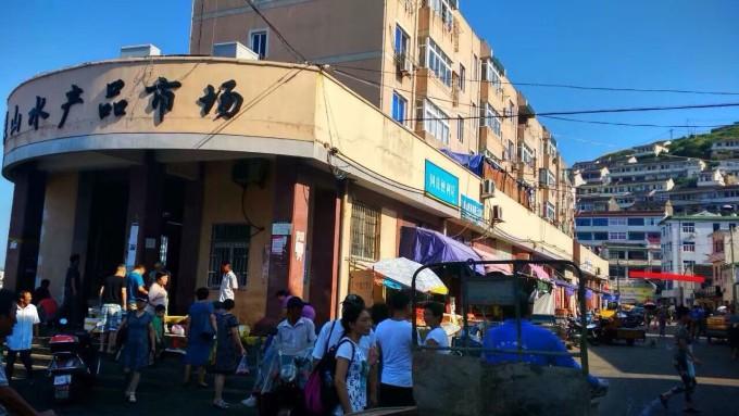 岛镇的最大菜市场,要买海鲜就来这里买,品种多,但是价格也贵,不便宜